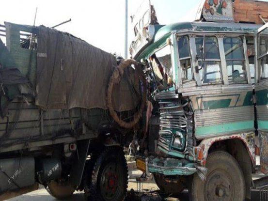 Truck collided with shops, four killed, 5 injured | दुकानों को रौंदता हुए घर से टकराया ट्रक, चार लोगों की मौत, 5 जख्मी