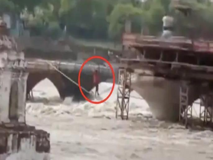 madhya pradesh sagar people stuck on an under constructed bridge walked on rope to rescue see viral video | नदी का जलस्तर बढ़ने से निर्माणाधीन पुल पर फंसे मजदूर, रस्सी पर चलकर ऐसे बचाई अपनी जान, वीडियो वायरल