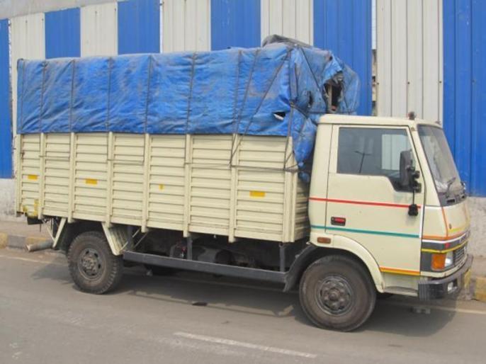 Coronavirus Lockdown:over 60 people found holed up in goods vehicles   Coronavirus Lockdown: कंटेनर ट्रक समेत टेंपो में छिपकर जा रहे थे 63 लोग, पुलिस ने पकड़ा और...