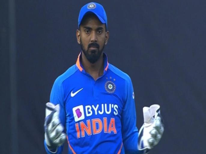 IND vs AUS:India vs Australia, 1st ODI: WATCH: Mumbai crowd chants 'Dhoni Dhoni' after KL Rahul fumbles behind the wickets | IND vs AUS: केएल राहुल से छूटा वॉर्नर का कैच, स्टेडियम में लगे 'धोनी-धोनी' के नारे