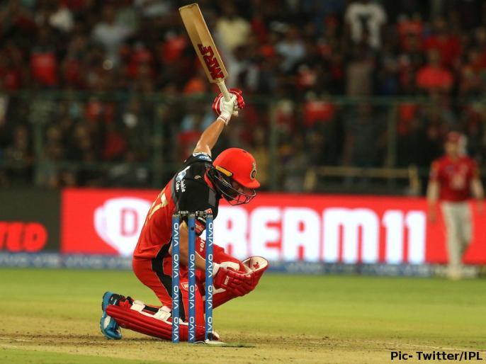 IPL 2019, RCB vs KXIP: Ab de Villiers hit one handed Six, Ball goes on roof   Video: डिविलियर्स ने एक हाथ से मारा 95 मीटर लंबा छक्का, कुछ ऐसा था गेंदबाज का रिएक्शन