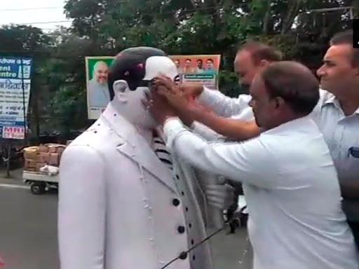 Meerut: Dalits did Ambedkar statue cleansing ', RSS leader wore garland last week | मेरठ: दलितों ने किया आंबेडकर प्रतिमा का शुद्दिकरण', पिछले हफ्ते RSS नेता ने पहनाई थी माला