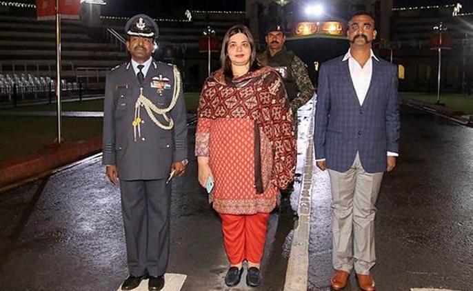 'General Bajwa was perspiring, his legs were shaking': Pakistan MP recalls IAF pilot Abhinandan's release | 'पाकिस्तान ने भारत के हमले के डर से अभिनंदन वर्धमान को किया था रिहा, सेना प्रमुख के कांप रहे थे पैर'