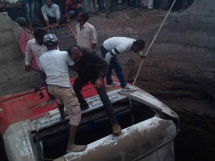Maharashtra: Bus Collides with auto rickshaw, 20 People killed in Accident | महाराष्ट्र: बस और ऑटो रिक्शा में भिड़ंत, 21 लोगों की मौत, 18 से ज्यादा घायल, कुएं में गिरे दोनों वाहन