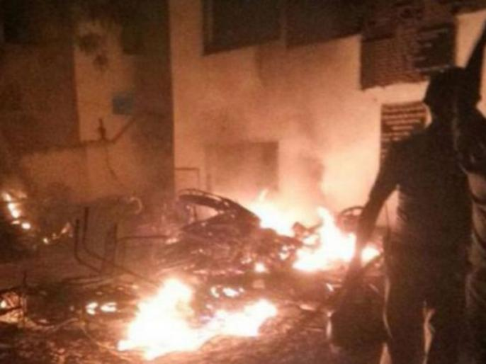 ahmedabad violence after eve teasing incident vehicles set on fire curfew imposed | अहमदाबाद: लड़की से छेड़खानी पर दो गुटों में हिंसक झड़प, 15 वाहन फूंके - 3 जख्मी