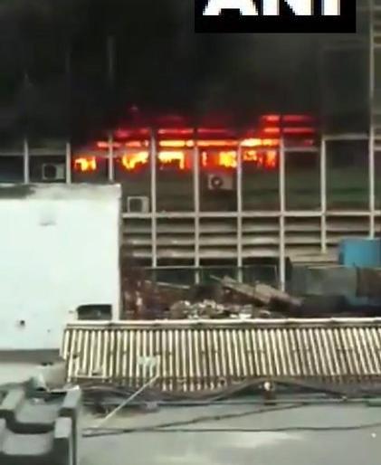 Delhi 34 fire tenders present at All India Institute of Medical Sciences AIIMS fire broke out in PC block | दिल्ली के AIIMS अस्पताल में लगी भीषण आग, दमकल की 34 गाड़ियां काबू पाने में लगीं