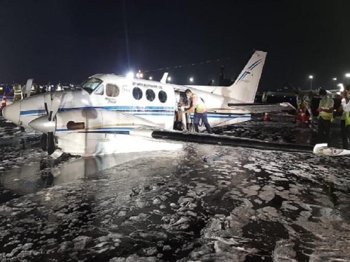 Mumbai Air Ambulance emergency belly landing after gear fails | नागपुर में टेकऑफ के दौरान गिरा एयर एंबुलेंस का पहिया, फिर मुंबई में कराई गई पेट के बल हैरतअंगेज लैंडिंग