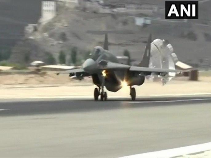 Video: Sukhoi-30 MKI, MiG-29 fighter plane and Apache helicopter operating on India-China border | Video: चीन को संदेश, सुखोई-30 एमकेआई, मिग-29 फाइटर प्लेन और अपाचे हेलिकॉप्टर का भारत-चीन बॉर्डर पर ऑपरेशन