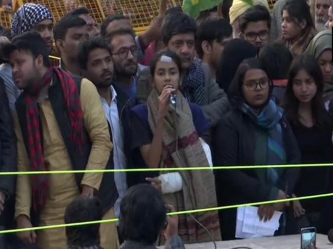 JNUSU president Aishe Ghose outside Jamia Millia Islamia: we can not forgot kashmir | JNUSU अध्यक्ष आइशी घोष का जामिया के बाहर प्रदर्शन, कहा- कश्मीर को नहीं भूल सकते, सरकार ने वहीं से संविधान छीनना शुरू किया