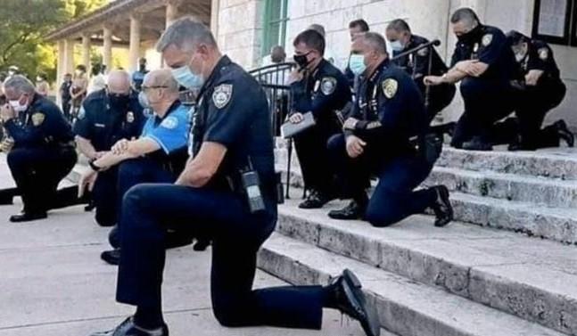 Police sit down in front of violent protesters in America, people stop crying violence | अमेरिका में हिंसक प्रदर्शनकारियों के आगे घुटने टेक कर बैठ गई पुलिस, थम गई हिंसा रोने लगे लोग