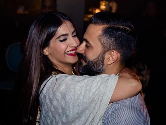 sonam kapoor share romantic video with husband anand ahuja | Happy New Year 2020: सोनम कपूर ने पति आनंद को किया लिपलॉक, सोशल मीडिया पर वीडियो हुआ वायरल