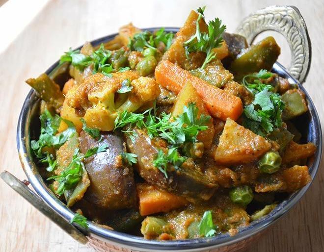 Govardhan Puja : puja vidhi, importance, rituals, foods and annakut sabzi recipe | गोवर्धन पूजा पर 80 अलग-अलग फल और सब्जियों को मिलाकर क्यों बनाते हैं अन्नकूट की सब्जी, जानिए रेसिपी