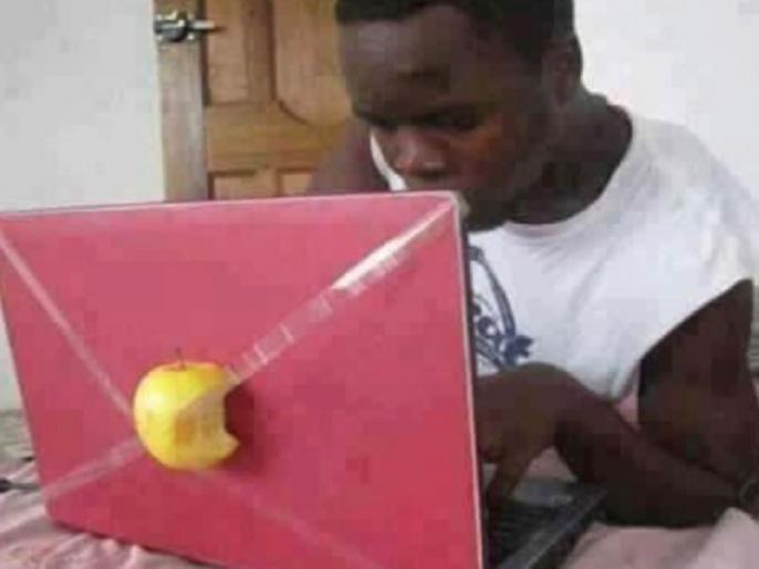 anand mahindra share photo of a man working on laptop with half apple behind | आनंद महिंद्रा ने मजेदार तस्वीर शेयर कर कहा- 'इसे हमेशा अपने फोल्डर में रखता हूं', बताई वजह