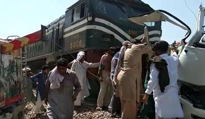 Pakistan's Punjab province Mini bus and train collide 29 people dead most Pakistani Sikh pilgrims   पाकिस्तान के पंजाब प्रांत में मिनी बस औरट्रेन में टक्कर,महिलाओं और बच्चों समेत 20 पाकिस्तानी सिखतीर्थयात्रियों की मौत