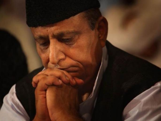 Azam Khan cry in election rally rampur ask what is my fault video goes viral | 'आखिर मेरी खता क्या है', ये कहकर मंच पर भीरोने लगे आजम खान, वायरल हुआ वीडियो