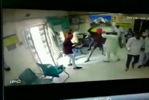 corporation bank being robbed in Delhi's Khaira yesterday by armed assailants. Cashier was shot dead, Video | दिल्ली के बैंक में दिनदहाड़े हमला, हाथों में गन लिए घुसे 6 बदमाशों ने कैशियर को मारी गोली, वीडियो वायरल
