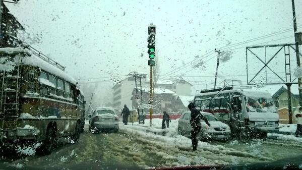 Kashmiri does not emerge from the snow of doom again, fears again on November 12 | कयामत की बर्फबारी से अभी नहीं उभरे कश्मीरी, 12 नवंबर को फिर आशंका