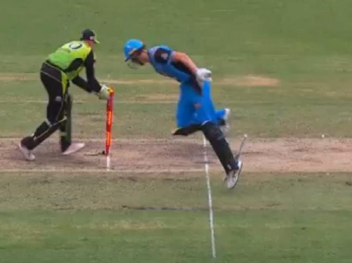 bbl 2019 billy stanlake comical run out in adelaide strikers vs sydney thunder match | बिग बैश लीग: अजीबोगरीब अंदाज में रन-आउट हुआ ये बल्लेबाज, 71 रनों से मैच हार गई टीम