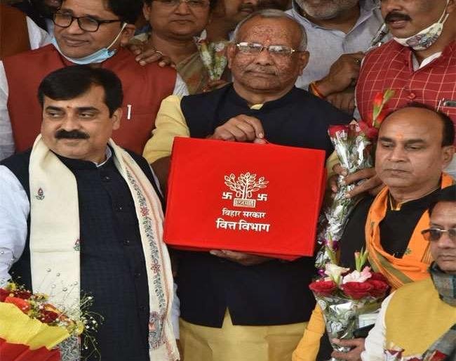 Bihar Budget 2021-22 nitish kumar nda governmentassembly deputy cm tarkishore prasad women youth jobs | बिहार बजट:2 लाख 18 हजार 303 करोड़ का बजट पेश, जानिए महिलाओं और युवाओं को क्या मिला, बड़ी बातें