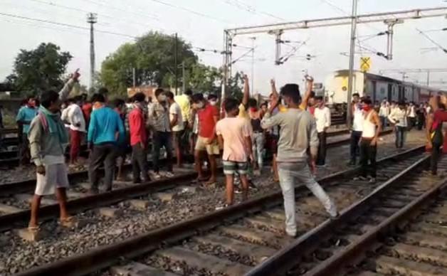 Workers special train stopped at 10 hours outside, stale food and no water in toilet, workers shouted slogans against CM Nitish on the track | श्रमिक स्पेशल ट्रेन को 10 घंटे आउटर पर रोका, बासी खाना व शौचालय में पानी नहीं, तो मजदूरों ने CM नीतीश के खिलाफ ट्रैक पर की नारेबाजी