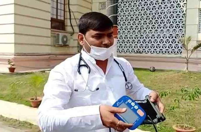 cm nitish kumar angryrjd mla mukesh roshan reaches bihar assembly blood pressure machine patna | आला और ब्लड प्रेशर मशीन लेकरविधानसभा पहुंचेराजद विधायक मुकेश रोशन, कहा-चाचा जी को 43 सीटें क्या मिलीबहुत गुस्से में हैं...