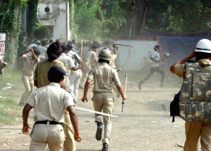 Biharunemployment issue lathicharge left students stone pelt policemany injured patna cm nitish kumar | बिहार में बेरोजगारी के मुद्दे पर हंगामा,वामपंथी छात्रों पर लाठीचार्ज, पुलिस पर पथराव, कई घायल