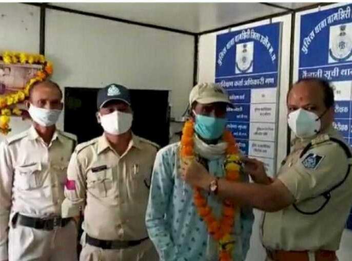A man driving a 1400 km cycle from Bihar reached Ujjain for arrest | बिहार से 1400 किमी सायकल चलाकर गिरफ्तारी देने पहुंचा उज्जैन, पुलिस ने पहले माला पहनाया, फिर भेजा जेल