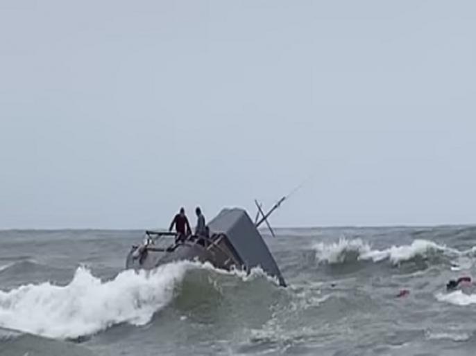 One dead, six missing after sea boat overturns   समुद्री तूफान में फंसने के बाद पलटी नाव, एक शख्स की मौत, 6 लोग लापता