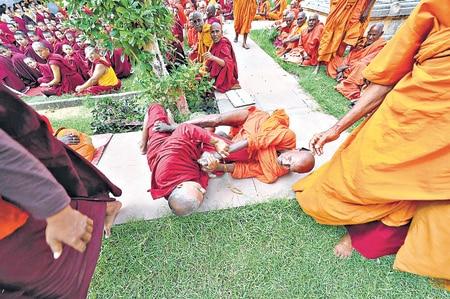 Bihar: Buddhist monks Bodh Gaya, clashed with each other over violence, kicked and kicked | बिहार: बोधगया में शांति-अहिंसा का संदेश देनेवाले बौद्ध भिक्षु हिंसा पर उतर आपस में भिड़े, खूब चले लात-घूंसे