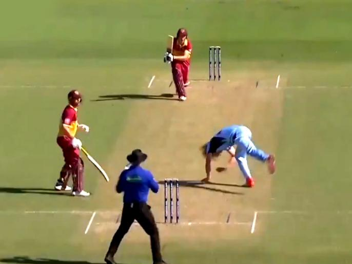 Watch: Australian Bowler narrowly escapes horrific injury After Batsman Smashes Shot Straight At Him   ये ऑस्ट्रेलियाई गेंदबाज बाल-बाल बचा, बल्लेबाज ने सीधा चेहरे की तरफ खेल दिया था करारा शॉट, देखें वीडियो