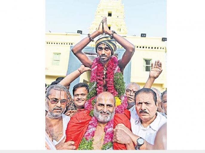Brahim Priest took dalit to temple on shoulder to break cast barrier | ब्राह्मण पुजारी ने गाजे-बाजे के साथ दलित को कन्धे पर बैठाकर कराया मंदिर में दर्शन