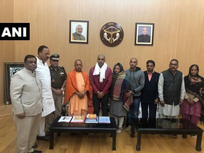 CM Yogi meets Shahid inspector Subodh Singh's family, assured assurance of justice | शहीद इंस्पेक्टर सुबोध सिंह के परिवार वालों से मिले CM योगी, न्याय मिलने का दिया आश्वासन