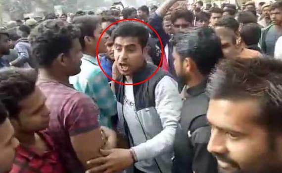 Bulandshahr Violence accused army jawan jitu fauji video on that day, police gets FIR for killed inspector | बुलंदशहर हिंसा: वीडियो में देखें, घटना के वक्त मौजूद था जीतू फौजी, इंस्पेक्टर सुबोध को शायद इसी ने मारी गोली!