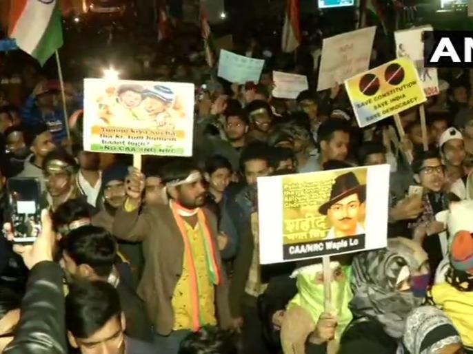 People take out anti-CAA march from Jamia University gate to Shaheen Bagh | जामिया विश्वविद्यालय के गेट से शाहीन बाग तक लोगों ने सीएए विरोधी मार्च निकाला