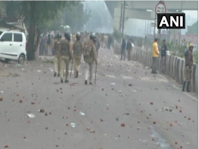 Lathi charge on anti-CAA-NRC protesters, two officers removed, orders for investigation | सीएए-एनआरसी विरोधी प्रदर्शनकारियों पर लाठी चार्ज, दो अधिकारियों को हटाया गया, जांच के आदेश
