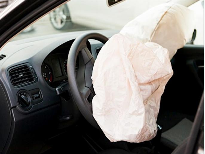 Centre government lets automakers drive in cheap cars with only one airbag, it is dangerous for safety | ऑटोमोबाइल कंपनियां सरकारी नियमों की खामियों के चलते उठा रही हैं फायदा, सुरक्षा से किया जा रहा खिलवाड़