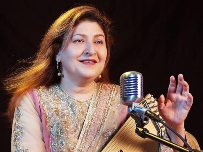 Chandana Dixit recalls singing Husn Hai Suhana for original Coolie No 1 | गोविंदा-करिश्मा या वरुण-सारा? 'हुस्न है सुहाना' गाना गाने वाली चंदना दीक्षित ने बताया किसकी जोड़ी ने किया कमाल