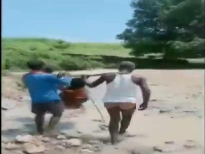 Video: pregnant woman from Kadnai village of Surguja was carried on a makeshift basket through a river | Video: गर्भवती महिला को टोकरी में बैठाकर लोगों ने कराया नदी पार, महिला अस्पताल में भर्ती, वीडियो वायरल