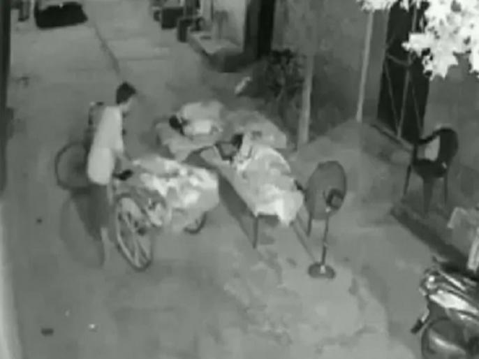 Punjab man attempts to steal a 4-year-old child while she was sleeping with family video | ठेला लेकर रात को बच्चा चोरी करने निकला चोर, सामने आया डरावना वीडियो, मां की सुझबूझ से बच पाई 4 साल की मासूम