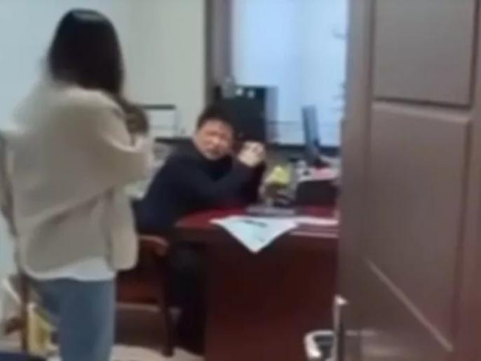 a woman beat her boss for sending dirty msg in china | बॉस कई दिनों से भेज रहा था अश्लील मैसेज, परेशान महिला कर्मचारी ने ऐसे सिखाया सबक, बॉस को नौकरी से भी धोना पड़ा हाथ