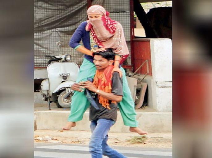 Coronavirus Lockdown Ahmedabad man helpless wife got leg injury husband got up on the shoulder walk 257 KM   लॉकडाउन की ये तस्वीर सोचने पर करेगी मजबूर, पत्नी को पैर में हुआ फैक्चर तो पति कंधे पर उठा 257 किमी के सफर पर निकला