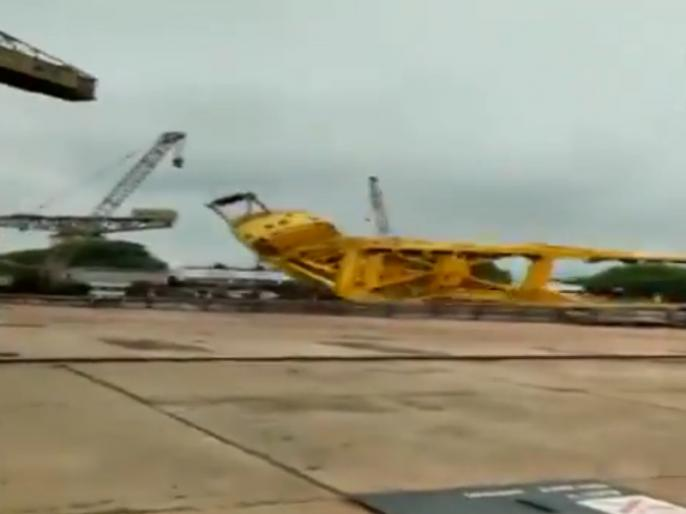 A crane collapses at Hindustan Shipyard Limited in Visakhapatnam   आंध्र प्रदेश: विशाखापत्तनम में हिंदुस्तान शिपयार्ड लिमिटेड में गिरी क्रेन, 11 लोगों की मौत, सामने आया हादसे का वीडियो
