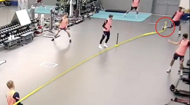 cricket viral video: batsman hit a strong shot, then the footballer bounced from foot and than catch | बल्लेबाज ने मारा जोरदार शॉट, तो फुटबॉलर ने पैर से उछाल इस तरह लपकी गेंद, देखें वीडियो