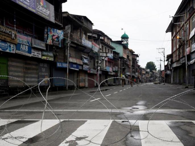 Jammu & Kashmir: Terrorist snatches AK-47 from PDP leader bodyguard, administration imposes curfew | जम्मू-कश्मीर: PDP नेता के बॉडीगार्ड से आतंकियों ने छीनी AK-47, प्रशासन ने लगाया कर्फ्यू