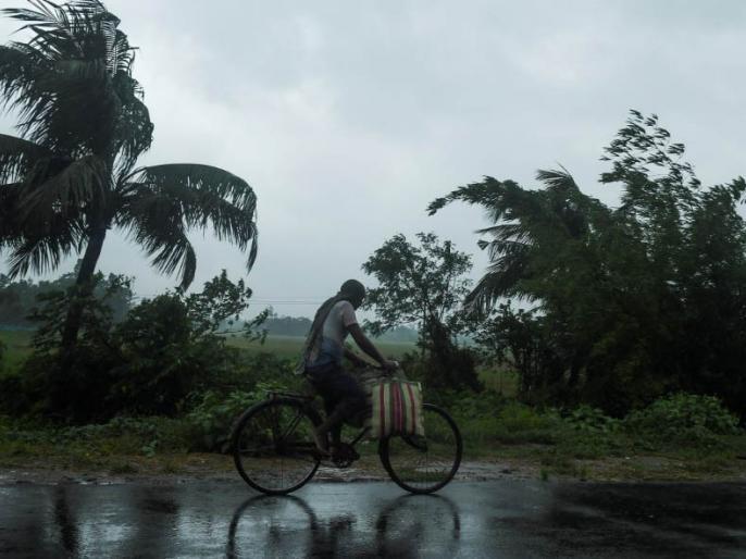 Cyclone Amphan Cyclone Amfan devastation in Bangladesh, 10 people dead | Cyclone Amphan: चक्रवात तूफान 'अम्फान' से बांग्लादेश में तबाही, 10 लोगों की मौत