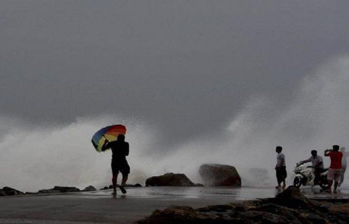 Toukte 'Bad Cyclone Turns Into Storm', issues Yellow Alert for Gujarat Coast | चक्रवाती तूफान 'तौकते' का रौद्र रूप, 175 किमी प्रतिघंटा की रफ्तार से चल सकती हैं हवाएं, समुद्र में तीन मीटर ऊंची लहरें