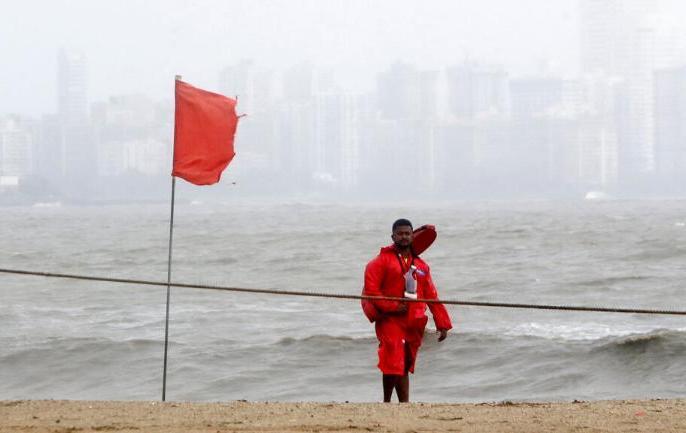 Cyclone Vayu: Cyclonic storm 'vayu' will hit Gujarat coast today, know 10 big things | Cyclone Vayu: चक्रवाती तूफान 'वायु' के दिशा बदलने से थोड़ी राहत, जानिए 10 बड़ी बातें