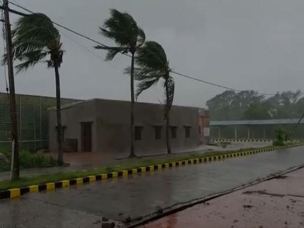 Cyclone Amphan All operations suspended at Kolkata Airport till 5 am tomorrow | Cyclone Amphan News: कोलकाता एयरपोर्ट बंद, दोपहर बाद तट से टकराएगा अम्फान, समुद्र में उठेंगी 4-5 फीट ऊंची लहरें