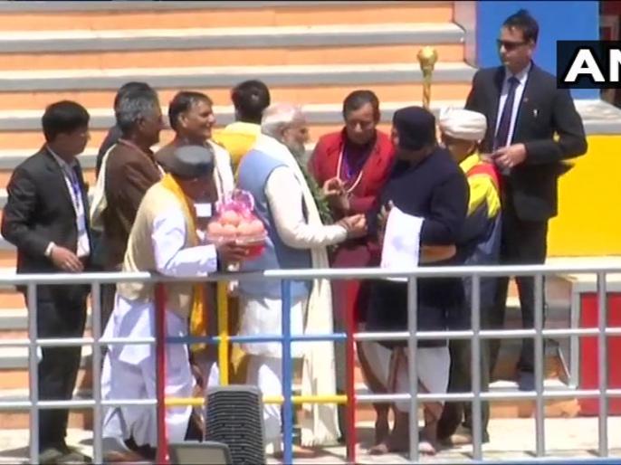 lok sabha election 2019 PM Modi offers prayers at Badrinath Temple.   लोकसभा चुनावः केदारनाथ के बाद बद्रीनाथ मंदिर में भगवान बदरी विशाल के दर्शन किए प्रधानमंत्री नरेंद्र मोदी