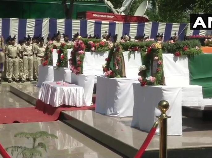 Srinagar: Wreath laying ceremony of 5 CRPF personnel who lost their lives in Anantnag terrorist attack in Jammu & Kashmir yesterday | जम्मू-कश्मीर: अनंतनाग में आतंकी हमले में शहीद हुए CRPF जवानों की दी गई श्रद्धांजलि